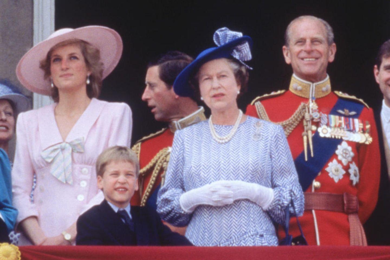 Prinzessin Diana, Prinz William, Prinz Charles, Queen Elizabeth und Prinz Philip posieren am 17. Juni 1989 auf dem Balkon des Buckingham Palastes in London. Dreieinhalb Jahre später verkünden Charles und Diana ihre Trennung