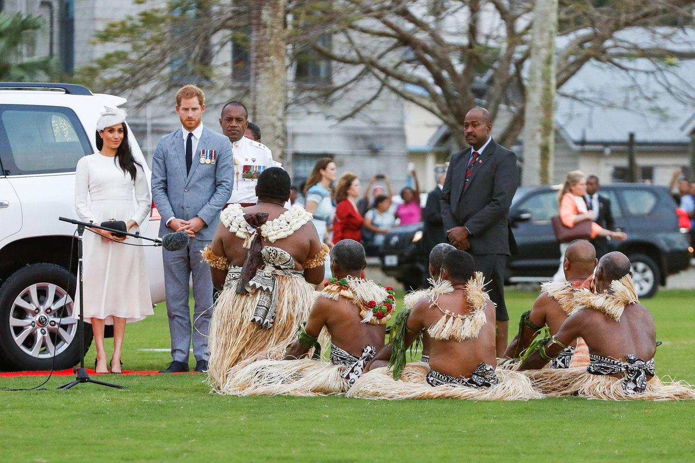 Tag 8  Die Fidschi-Inseln sind ein Paradies für Urlauber. Den Inselstaat im Südpazifik wollten sich auch Herzogin Meghanund Prinz Harryauf ihre Down-Under-Reise natürlich nicht entgehen lassen. An Tag acht ihrer Tour landeten die Royals in der Hauptstadt Suva auf Viti Levu und werden von Tausenden Inselbewohnern euphorisch begrüßt.