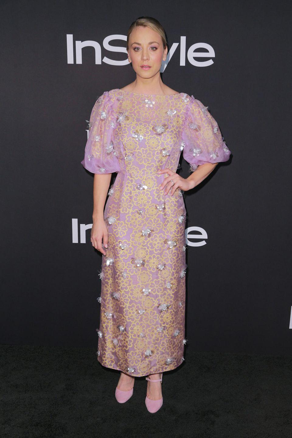 Ein Hingucker - nicht unbedingt im positiven Sinne -ist auch Kaley Cuocos Outfit während der Instyle Awards in L.A. Das bodenlange, fliederfarbene Kleid mit Puffärmeln wirkt ein wenig hausbacken und schmeichelt der hübschen Blondine wenig.