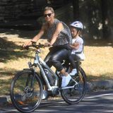 30. September 2018  Michelle Hunziker nutzt das schöne Wetter in Mailand aus und macht mit den Kids eine Radtour.