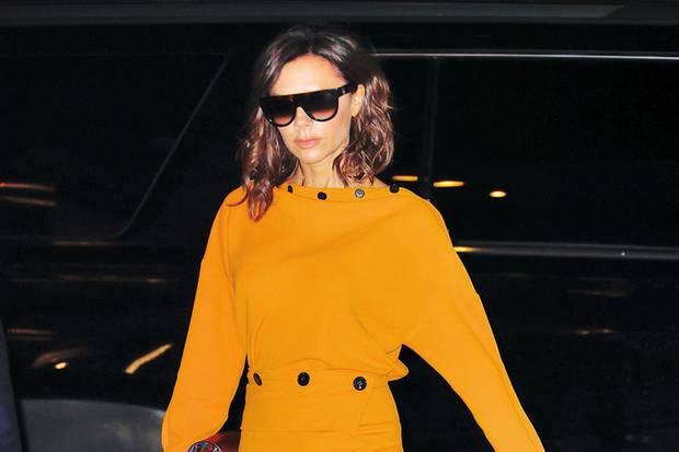 Victoria Beckham in einem senfgelben All-Over-Look.