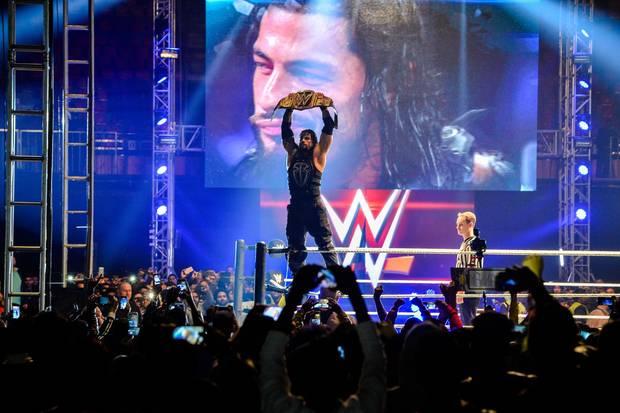 Roman Reigns hält seine WWE-Trophäe, denChampionship-Gürtel, in den Händen. Der Profi-Wrestler hat sich den Titel bei derWorld Wrestling Entertainment (WWE) Live India Tour 2016 in NeuDelhi erkämpft.