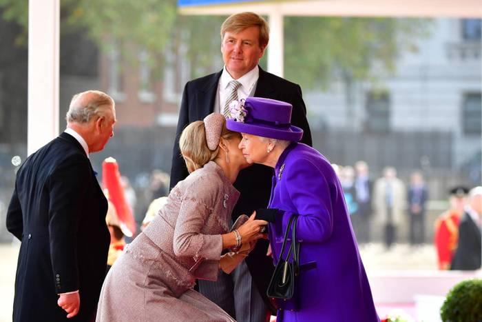 Tag 1  Während der Begrüßungszeremonie vor dem Buckingham Palace fällt vor allem der gewaltige Größenunterschied zwischen Königin Máxima und Queen Elizabeth auf. Die Niederländerin muss ganz schön tief in die Hocke gehen, um königliche Bussis zu verteilen.