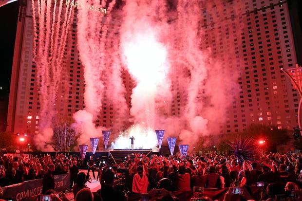 """Britney Spears mit einem beeindruckenden Kurzauftrittvor dem Hotel Park MGM in Las Vegas. Hier kündigte sie ihr Show-Comeback für 2019 an. """"Domination"""" soll das neue Format nach """"Piece of me"""" heißen."""