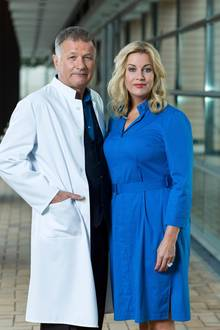 """""""In aller Freundschaft"""": Klinikleiter Dr. Roland Heilmann (Thomas Rühmann) mit VerwaltungschefinSarah Marquardt (Alexa Maria Surholt)"""