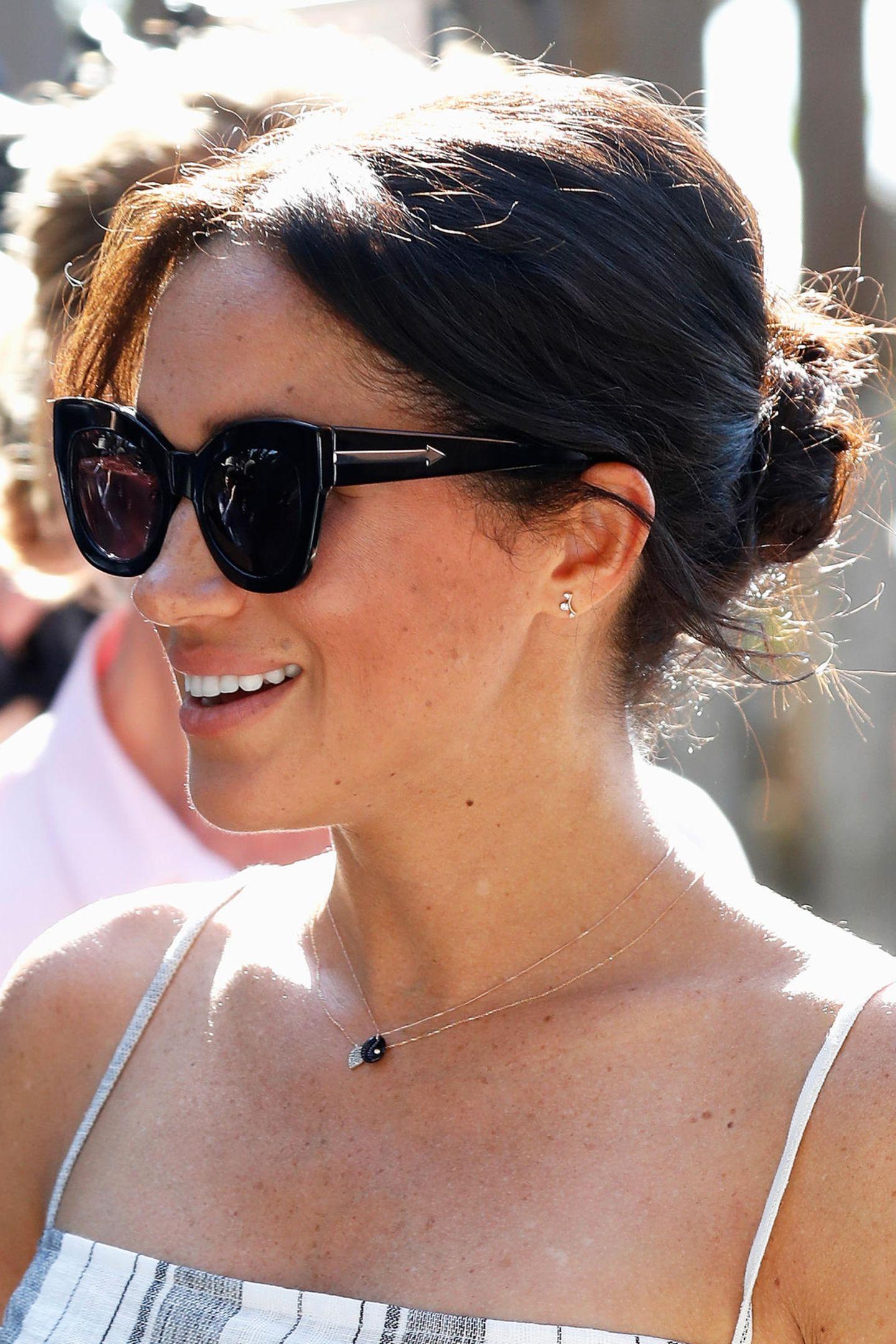 """Meghans Sonnenbrillen Modell an Tag 7 ihrer Überseereise: Die""""Northern Lights Sunglasses"""" von Kevin Walker (ca.203 Euro). Die Brillen der Herzogin sind alle kein Schnäppchen, jedoch wählt Meghan keine klassischen Labels, sondern immer ganz besondere."""