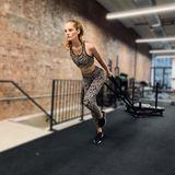Die rothaarige Schönheit aus EnglandAlexina Graham hält sich mit heftigen Pull-Übungen für die Show fit.