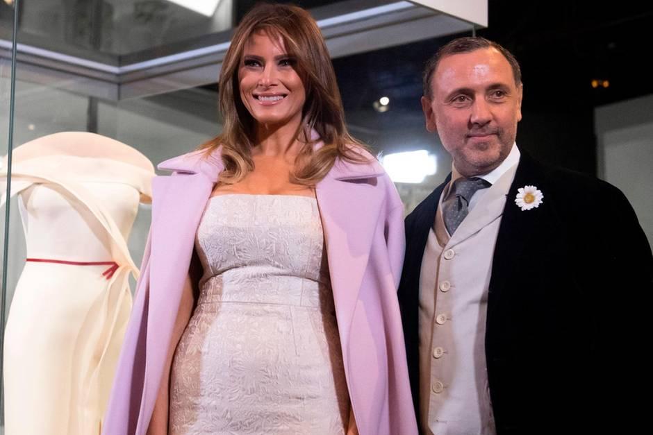 Melania Trump und ihr Mode-Berater Hervé Pierre treten am 20. Oktober 2017 in Washington, D.C. bei einer Ausstellung aus, die das Kleid der First Lady vom Ball am Abend der Amtseinführung ihres Mannes Donald Trump zeigt