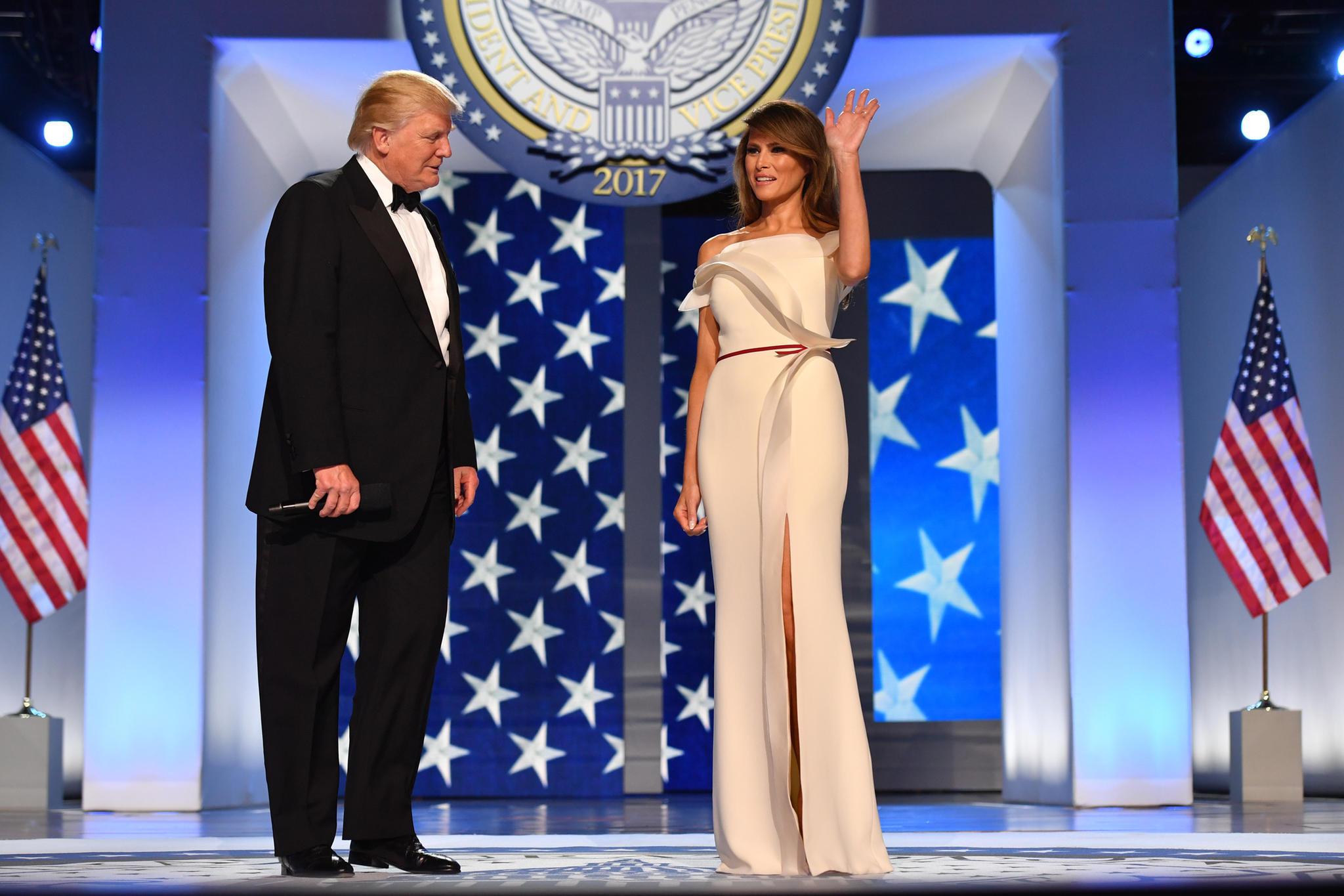Bei diesem Traum aus Cremeweiß staunt sogar der Präsident:Melania Trump trägt beimFreedom Ball am Abend des 20. Januar 2017 in Washington eine Kreation von Hervé Pierre. Der Anfang ihrer Zusammenarbeit