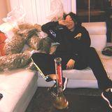 """20. Oktober 2018  Skandalnudel Miley Cyrus gilt nicht immer als Vorbild für ihre jüngeren Fans. Und offenbar hat sich auch ihre kleine Schwester Noah ein paar ihrer Manieren abgeschaut. Auf Instagram posiert die 18-Jährige mit einer riesigen Bong, neben ihr auf dem Sofa liegen mehrere durchsichtige Pakete, dessen Inhalt verdächtig nach Gras aussieht.Zum Foto schreibtsie: """"Ich und meine besten Freunde."""""""