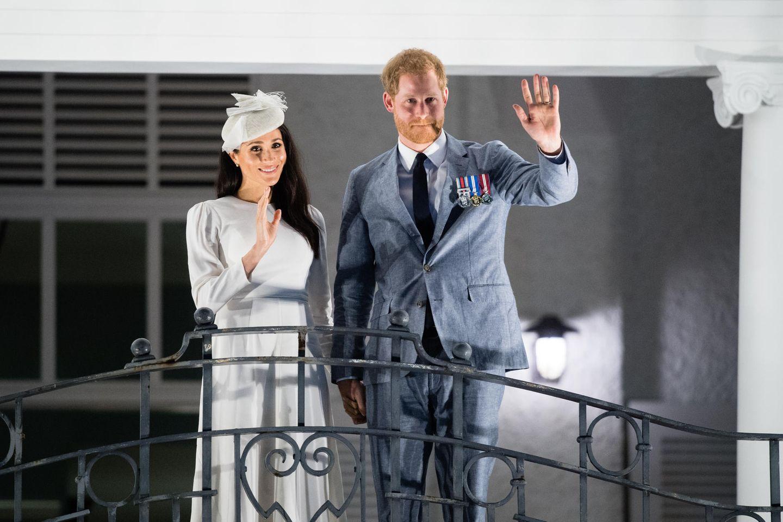 Herzogin Meghan und Prinz Harry auf demBalkon des Grand Pacific Hotels in Suva, Fiji.