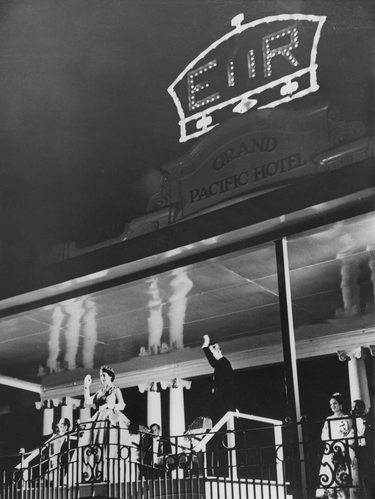 1953: Queen Elizabeth und Prinz Philip auf dem Balkon des Grand Pacific Hotel auf Fiji.