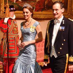 Für das Staatsbankett mit dem holländischen Königspaar wähltHerzogin Catherine (hier mit dem niederländischen Admiral Ludger Brummelaar zu sehen) ein Kleid in der Farbe Eisvogelblau. Es ist von ihrem Lieblingslabel Alexander McQueen.
