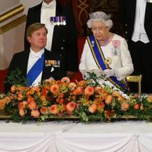 Queen Elizabeth spricht beim einem Staatsbankett im Buckingham Palast vor König Willem-Alexander (2.v.l.), Prinz Charles (r.), Herzogin Camilla (r.) und weiteren Gästen über den Brexit