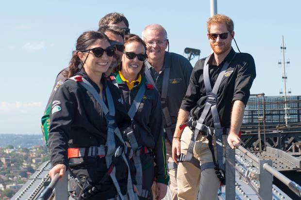 Prinz Harry mit Teilnehmern der Invictus Games und Gwen Cherne (links im Bild)