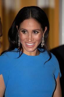 Herzogin Meghan kam ohne Tiara zum Staatsdinner. Lediglich große Ohrringe schmücken ihren Kopf.