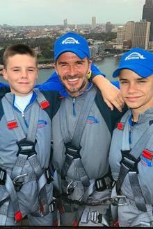 24. Oktober 2018  Die drei Beckham Männer Cruz, David und Romeobesteigen gemeinsam dieHarbour Bridge. Da darf ein Selfie natürlich nicht fehlen.