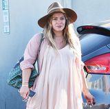 Gut gelaunt und hochschwanger flaniert Hilary Duff durch Los Angeles. Ihre Babykugel hat die Schauspielerin in ein flattriges Sommerkleid gehüllt.