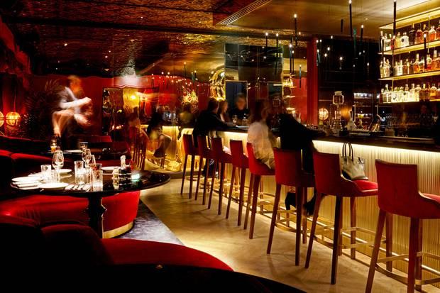 """Links wird gelümmelt, rechts gemixt: die """"Bar Provocateur""""im gleichnamigen Berliner Hotel"""