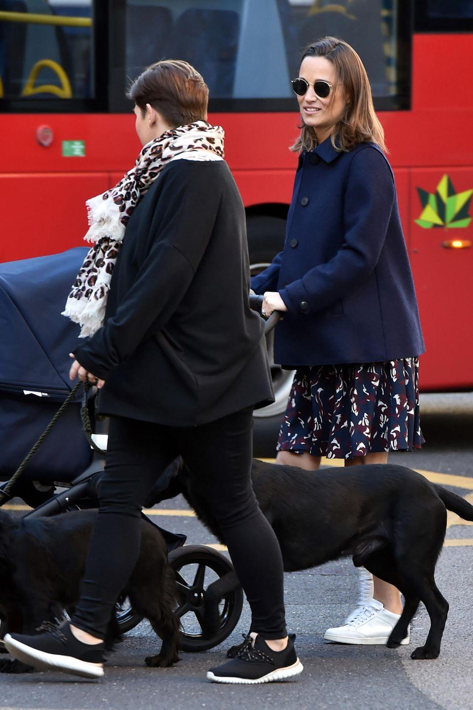 Etwa zwei Wochen nach der Geburt ihres kleinen Sohnes spaziert Pippa Middleton samt Baby putzmunter durch die Straßen des Londoner StadtteilsChelsea. Dabei lichten sie Paparazzi gewohnt schick ab: Pippa trägt ein Shirt-Dress von Kate Spade mitherbstlichem Fuchs-Print für rund 320 Euro.