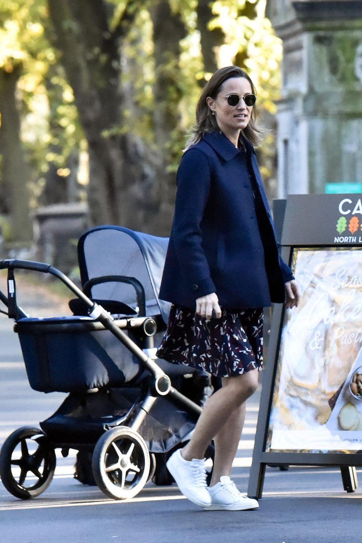 Zu ihrem blauen Kleid kombiniert die jüngere Schwester von Herzogin Catherine weiße Sneaker von Jimmy Choo und eine dunkelblaue Jacke. Und wie es sich für eine Prominente gehört, trägt Pippa während des Spaziergangs eine dunkle Sonnenbrille von Ray-Bay – so ein schicker Mami-Style!