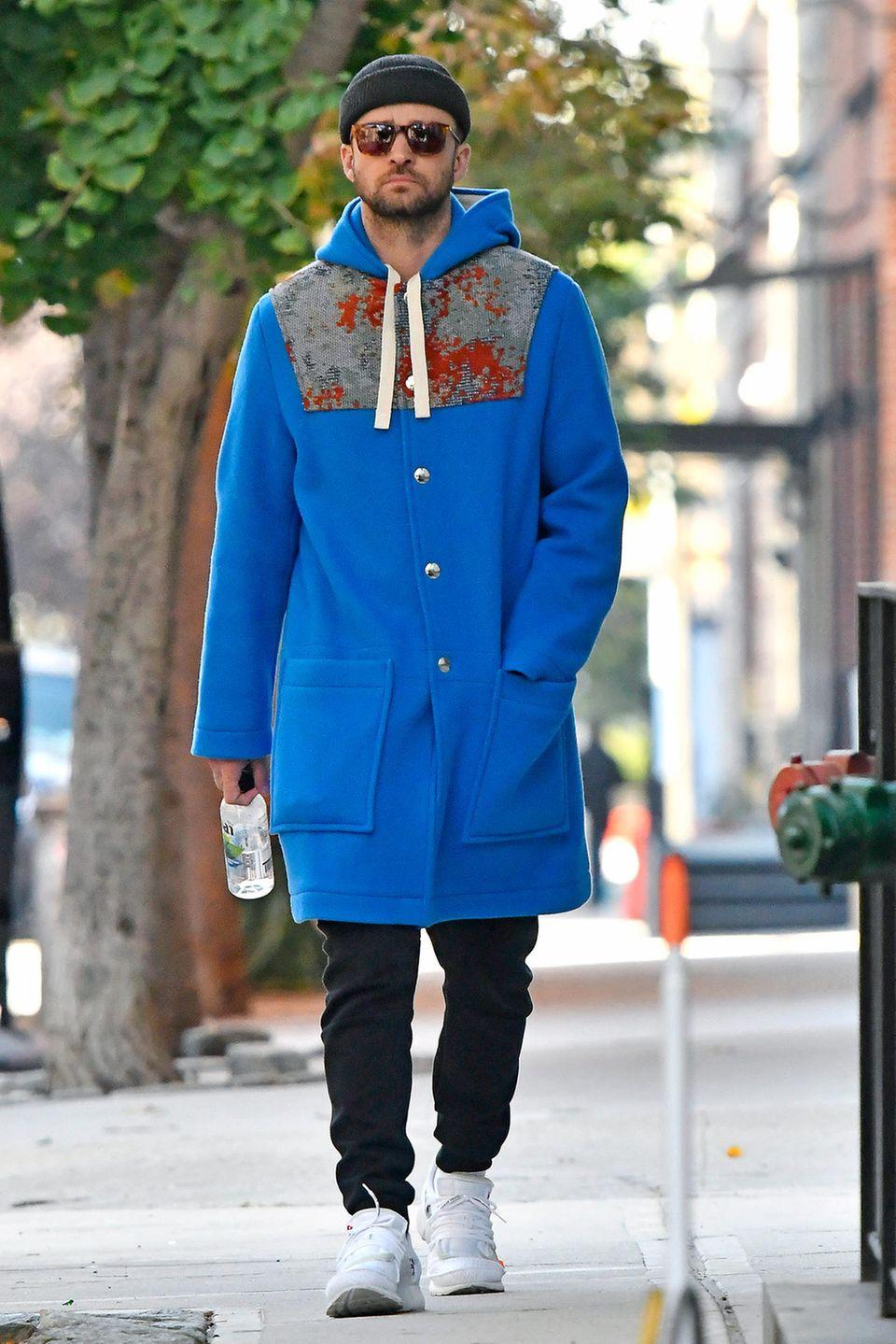 """Im New Yorker Stadtteil Tribeca erwischen Paparazzi Justin Timberlake. Für seinen Herbst-Spaziergang hat sich der Sänger extra warm eingepackt und hüllt sich in einen blauen Wollmantel des Schweden-Labels """"Acne"""". Für rund 750 Euro ist das wärmende Kleidungsstück sogar noch zu haben! Um den hippen Street-Style komplett zu machen, kombiniert Justin außerdem eine flaschengrüne Wollmütze und eine dunkle Sonnenbrille zu seinem blauen Mantel. Aufmerksamkeit ist dem Mann von Jessica Biel mit diesem Look garantiert!"""