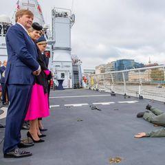Tag 2  Mitten auf der Themse: Auf dem britischen Kriegsschiff HMS Belfast werden Willem-Alexander und Máxima Zeugeeiner militärischen Demonstration der Royal Marines und der Royal Netherlands Marine Corps.
