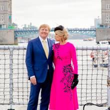 Tag 2  Fast wie ein frischverliebtesTouristenpärchen: König Willem-Alexander und Königin Máxima posieren vor der Tower Bridge auf dem britischen Kriegsschiff HMS Belfast.