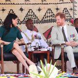Tag 10  Immer wieder werfen sich Herzogin Meghan und Prinz Harrybei der Begrüssungszeremonie am Flughafen in Nadi verliebte Blicke zu.