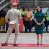 Tag 10  Weiter geht die Reise für Prinz Harry und Herzogin Meghan nach Tonga, eine Insel im Südpazifik. Flirtend besteigt das Pärchen den Flieger.