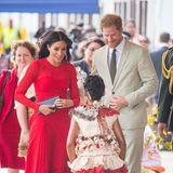 Tag 10  Bei der Ankunft am Fua'amotu Flughafen in Nuku'alofa werden Prinz Harry und Herzogin Meghan herzlich von einem einheimischen Kind der Insel begrüßt.