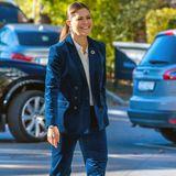 Ton in Ton: Prinzessin Victoria hat sich für das Generation Pep Forum 2018richtig schick gemacht und entscheidet sich für einen Anzug in royalem Blau. Auch ihre Pumps greifen den Farbton auf und tragen sie elegant durch Stockholm.