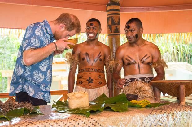 """Prinz Harry kostet das traditionelle Getränk """"Kava"""" auf Fidschi"""