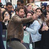 1-2-3- Knips! Bei seiner Ankunft bei einer TV-Show in New York wird der Schauspieler Gerard Butler von vielen Fans erwartet. Zeit für ein Selfie denkt sich der Brite.