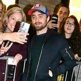 """Nach seiner Aufführung des Stücks """"The Fact of Life"""" warten auf den """"Harry Potter""""- Darsteller Daniel Radcliffe eine menge Fans. Fröhlich macht der Schauspieler Selfies mit den Girls."""