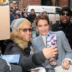 Bitte recht freundlich! Cobie Smulders wird in New York von diesem Fan erwartet. Zur Erinnerung darf ein lustiges Selfie nicht fehlen.