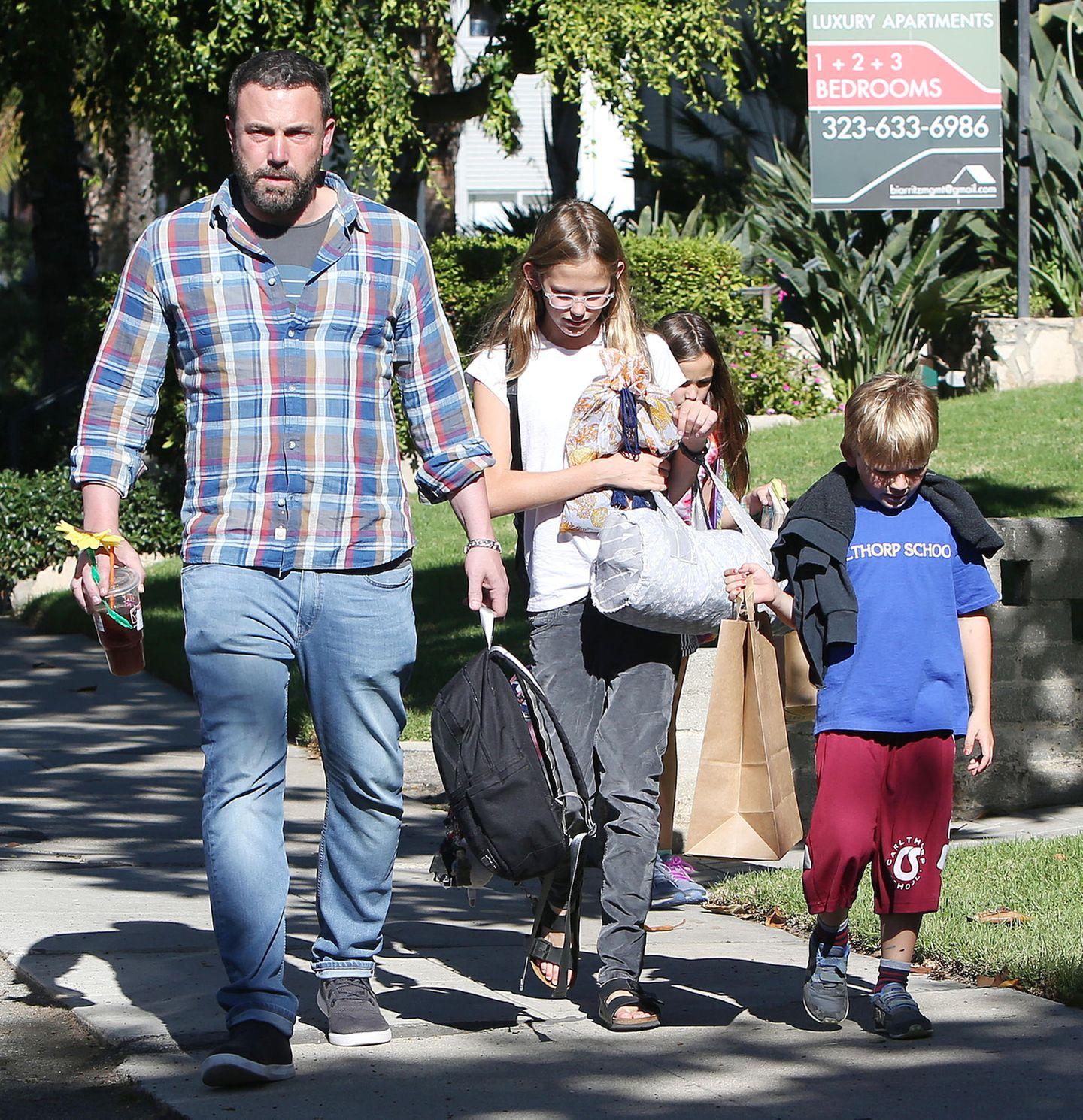 19. Oktober 2018  Ben Affleck holt die Kids von der Schule ab. So richtig entspannt schaut der Schauspieler allerdings nicht aus.