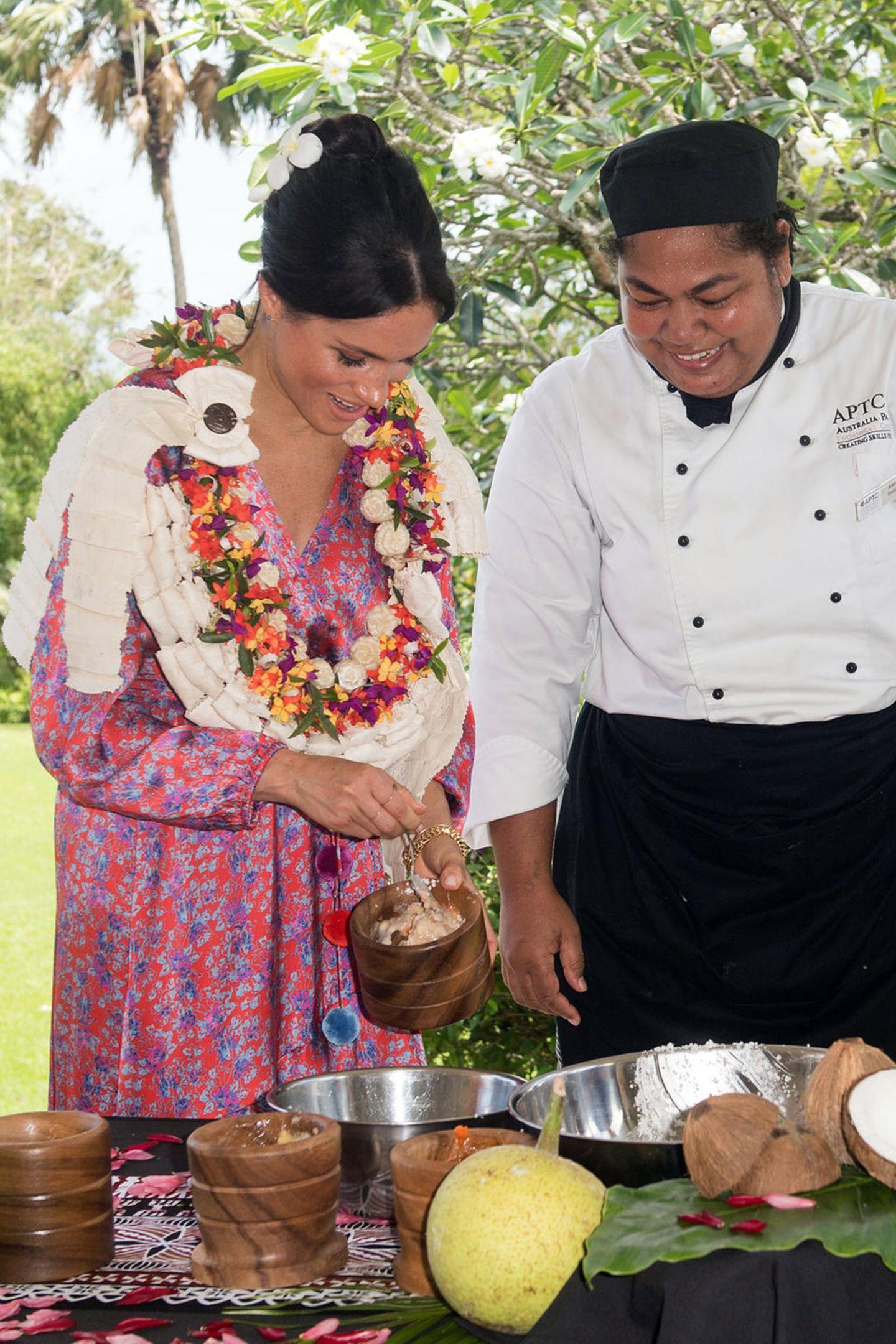 Die britische Botschaft in Suva lädt Herzogin Meghan zu demmorgendlichen Empfang ein, bei dem sie der Küchenhilfe gerne zur Seite steht und bei der Zubereitung hilft. Denn Fans der ehemaligen Schauspielerin wissen: Sie ist ein Foodie durch und durch und wahnsinnig interessiert an Essen und Trinken.