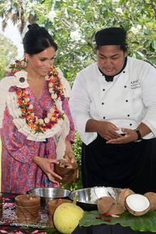 Die traditionelle Zubereitung des Morgentees lässt sich Herzogin Meghan nicht entgehen! Ihre Reise im Dienste der britischen Krone führt sie in Fidschis Hauptstadt Suva, wo sie beim Zusammenmixen des Drinks fleißig mithilft.
