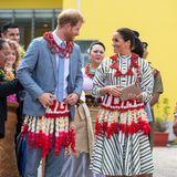 Tag 11  Mit dem traditionellen Schmuck der Insel erhalten Harry und Meghan noch ein ganz besonderes Begrüßungsgeschenk.