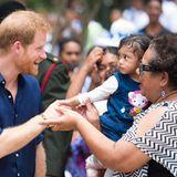 Tag 11  Diese süße Bewohnerin Tongas scheint noch keine Ahnung zu haben, wem sie da das Händchen schüttelt.