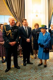 17. Oktober 2018  In London enthüllt Queen Elizabeth ein Porträt des Künstlers Benjamin Sullivan, auf dem ein besonderes Detail für reichlich Gesprächsstoff sorgt. Die Handtasche der Königin hat der Maler bewusst mit auf das Bild genommen, um dem Porträt eine persönliche Note zu verleihen. Die Fans sind davon begeistert.