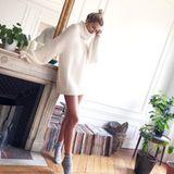 """Lena Gercke kuschelt sich in einen weißen Oversize-Pullover aus ihrer eigenen Modelinie """"LeGer"""". Das kuschelige It-Piece stiehlt sogar Lenas beneidenswerten Modelbeinen fast die Show."""
