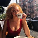 Hui! Anna Ermakova lernt, wie sie sich auf Instagram am wirkungsvollsten präsentiert. Ein so sexyDekolleté, das sie wohl nicht ganz beiläufig beim Kaffeetrinken in New York zeigt,gehört auf jeden Fall zu diesen Tricks.
