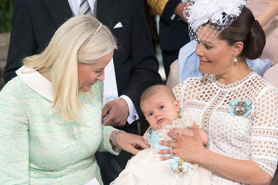 Kronprinzessin Mette-Marit und Kronprinzessin Victoria mit ihrem Sohn Oskar
