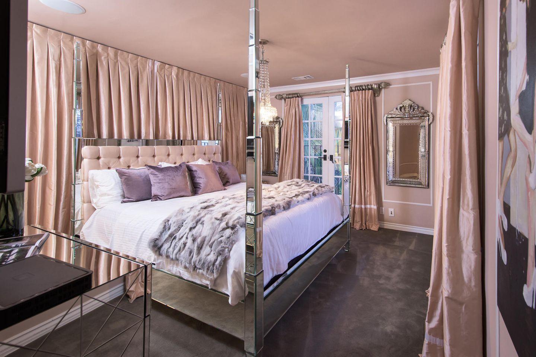 Ob Paris genau in diesem Bett geschlafen hat oder nur ihre Gäste, wissen wir nicht, opulent ist der kitschige Schlaftraum in Altrose und Silber aber allemal.      https://www.toptenrealestatedeals.com/homes/weekly-ten-best-home-deals/2018/10-25-2018/1/