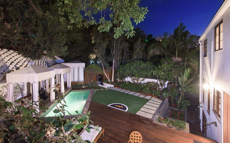 Und der Pool darf im charmanten, kleinen Garten in den Hollywood Hills natürlich auch nicht fehlen.      https://www.toptenrealestatedeals.com/homes/weekly-ten-best-home-deals/2018/10-25-2018/1/