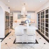 Ob Paris Hilton hier wohl selbst auch mal gekocht hat? Bekochen lassen hat sich das ehemalige It-Girl in den Jahren von 2003 bis 2007 in dieser Küche bestimmt recht häufig.      https://www.toptenrealestatedeals.com/homes/weekly-ten-best-home-deals/2018/10-25-2018/1/