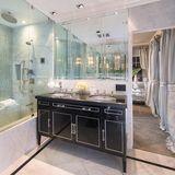 Vom einem der vier Luxus-Bäder geht es ins Ankleidezimmer.      https://www.toptenrealestatedeals.com/homes/weekly-ten-best-home-deals/2018/10-25-2018/1/