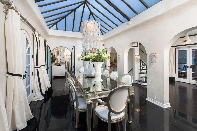 Im großzügigem Essbereich hat Paris sicher das ein oder andere luxuriöse Dinner serviert bekommen.      https://www.toptenrealestatedeals.com/homes/weekly-ten-best-home-deals/2018/10-25-2018/1/